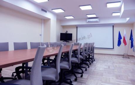 Duża sala konferencyjna z fotelami biurowymi Millo