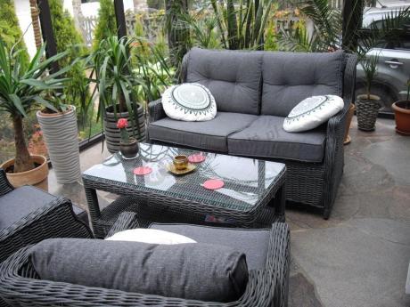 Ekskluzywne meble na taras z technorattanu w ogrodzie zimowym