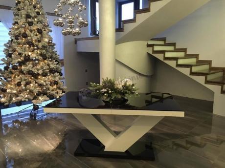 Elegancki stół do salonu ze świąteczną kompozycją w tle