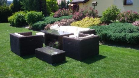 Eleganckie meble ogrodowe technorattanowe z wysokim stołem