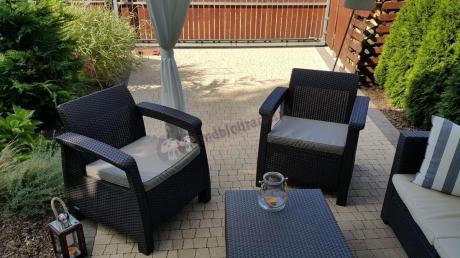 Fotele ogrodowe używane jako uzupełnienie narożnika Provence