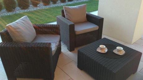 Fotele z rattowym wzorem ustawione na tarasie