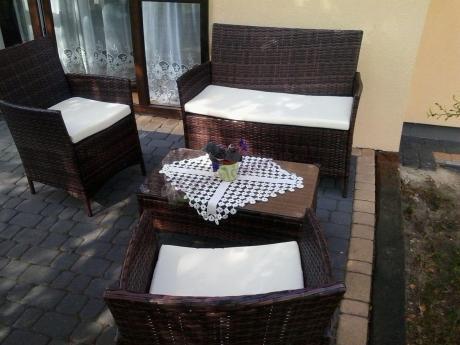 Fotele z technorattanu w komplecie z sofą i stolikiem