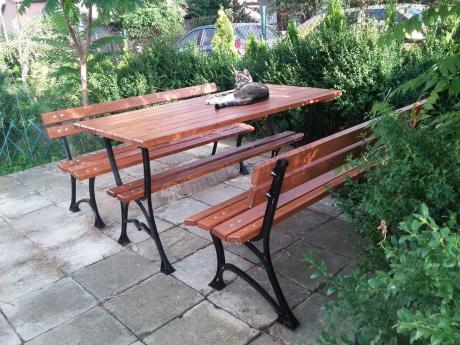 Komplet mebli żeliwnych drewnianych ławki i wysoki stół
