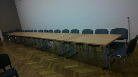 Komplet stołów konferencyjnych 180x80 cm w kolorze bawaryjskiego buku w szkolnej sali gimnastycznej