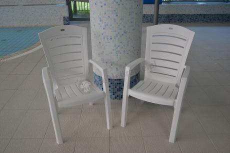 Krzesła ogrodowe Larisa używane na basenie