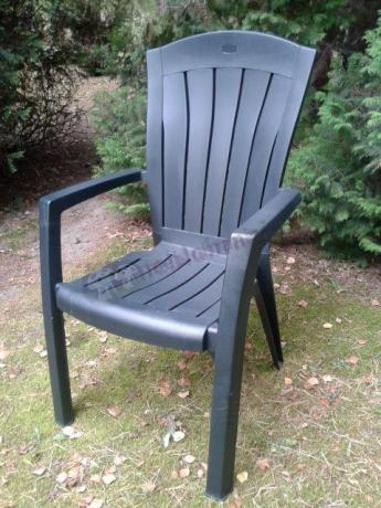 Krzesło ogrodowe z eleganckim wykończeniem ustawione w ogrodzie