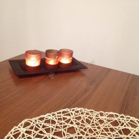 Ława rozkładana do salonu ozdobiona świeczkami