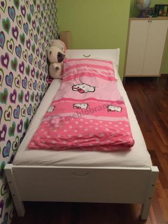 Łóżko dziecięce białe w dziewczęcym pokoiku