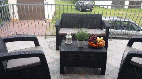 Meble ogrodowe Allibert Keter Corfu Set II używane na balkonie