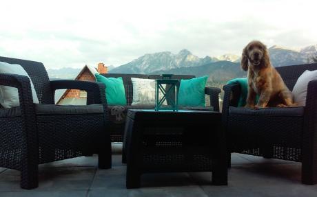 Meble ogrodowe Corfu Set Curver na tarasie z widokiem na górską panoramę