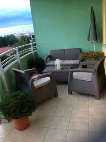 Meble ogrodowe plastikowe tanie Corfu z latarenką na balkonie