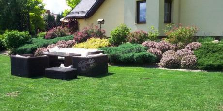 Meble ogrodowe technorattan używane w pięknym ogrodzie