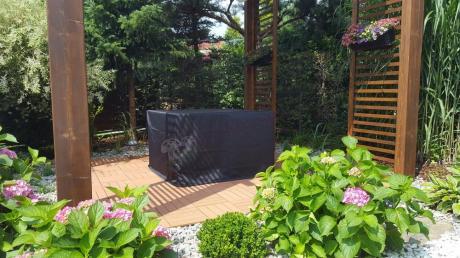 Meble technorattan do ogrodu schowane pod pokrowcem na meble ogrodowe