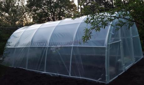 Namiot foliowy na warzywa Lemar ustawiony na działce