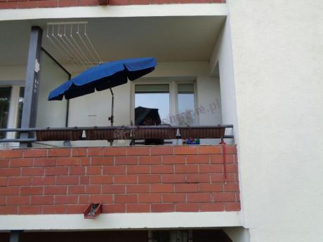 Niebieski parasol ogrodowy używany na balkonie