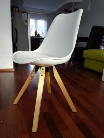 Nowoczesne krzesło do jadalni z drewnianymi nogami białe
