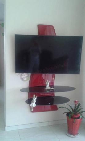 Nowoczesny panel na telewizor w kolorze czerwonym