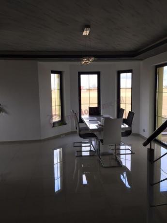 Nowoczesny stół Linosa 2 w eleganckim salonie