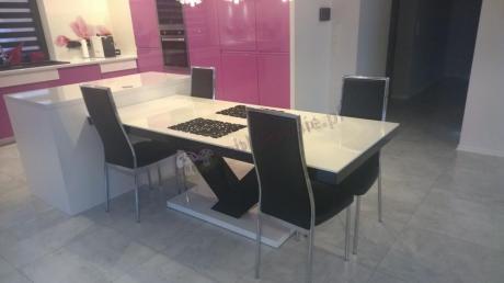 Nowoczesny stół w wysokim połysku z nogami w kształcie V