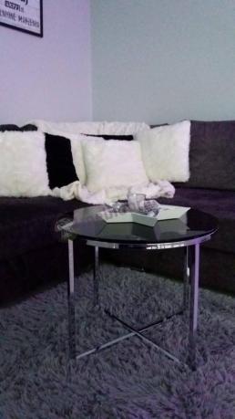 Okrągły stolik do salonu czarny w przytulnej aranżacji
