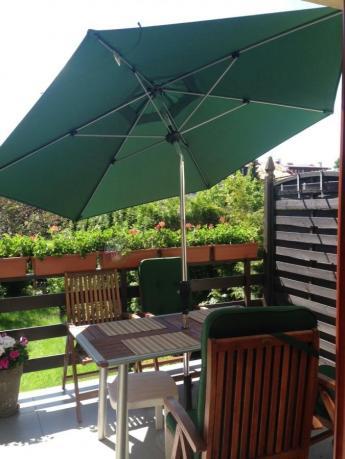 Parasol ogrodowy przeciwsłoneczny w pięknym odcieniu zieleni
