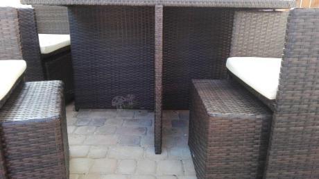 Pufy z technorattanu chowane pod fotele
