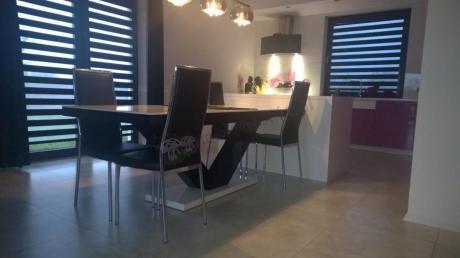 Rozkładany stół do salonu z nogami w kształcie V Victoria