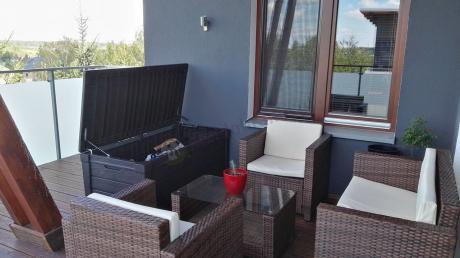 Skrzynia ogrodowa i zestaw technorattanowy na balkonie