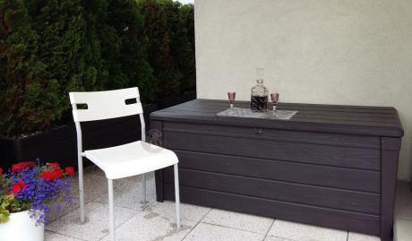 Skrzynia ogrodowa plastikowa pełniąca funkcję stolika