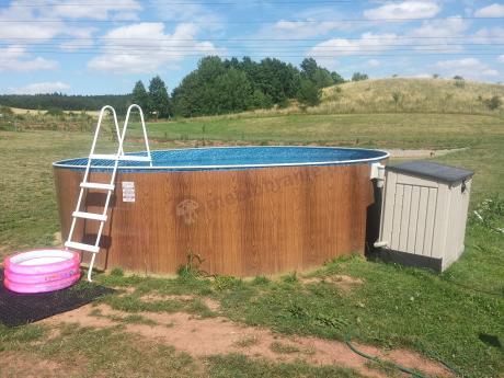 Skrzynia ogrodowa używana jako schowek na sprzęt basenowy