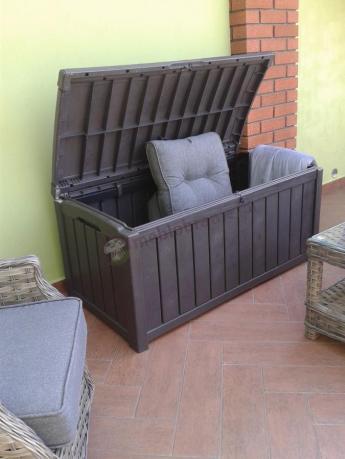 Skrzynia plastikowa ogrodowa używana do przechowywania poduszek