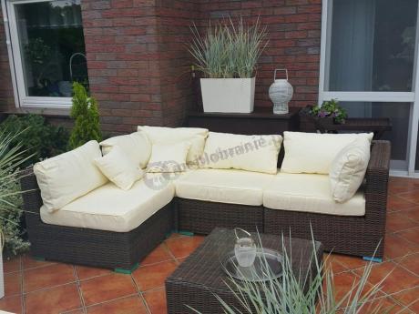 Sofa technorattan używana na eleganckim tarasie
