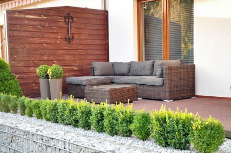 Sofa technorattan używana na elegancko wykończonym tarasie
