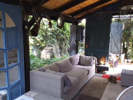 Sofa technorattan z widokiem na ogród w tle