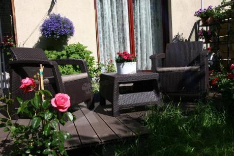 Stabilny zestaw mebli ogrodowych Corfu Weekend przystrojony kwiatami