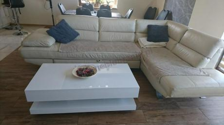 Stolik na kółkach do salonu biały z praktyczną półką