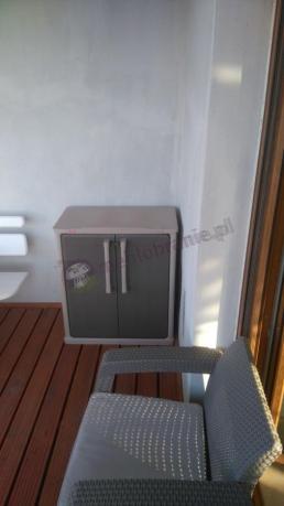 Szafa balkonowa Keter Optima w sąsiedztwie fotela Corfu