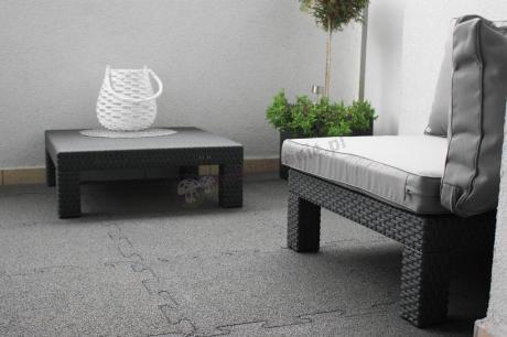 Szare meble balkonowe ozdobione białymi dodatkami