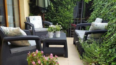 Tarasowy zestaw mebli Corfu Set przystrojony zieloną florą