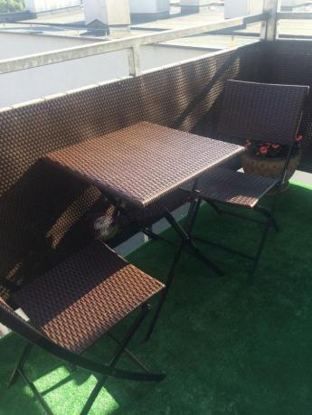Technoratan na balkon brązowy dwa krzesła i stół