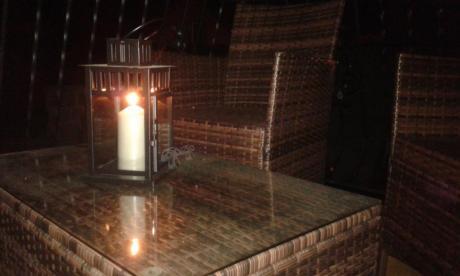 Technoratan na balkon brązowy ozdobiony latarnią