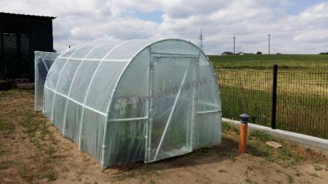 Tunel foliowy na rurkach PCV używany w ogrodzie