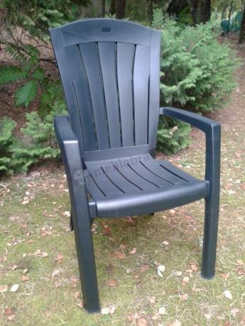 Wygodne krzesło ogrodowe ustawione przy rabacie