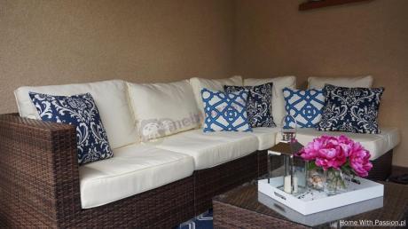 Zestaw na ładny taras z jasnymi poduszkami i stolikiem kawowym Nilamito