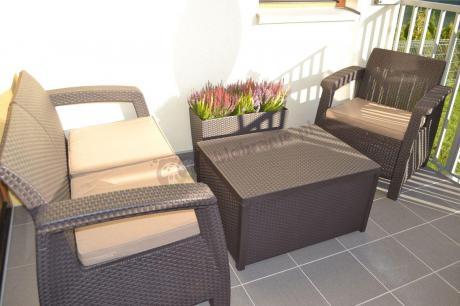 Zestaw ogrodowy Corfu Box Set ze stolikiem skrzynią na tarasie