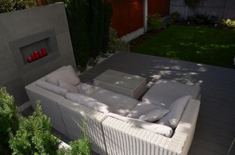 Zestaw wypoczynkowy technorattan używany w niewielkim ogrodzie