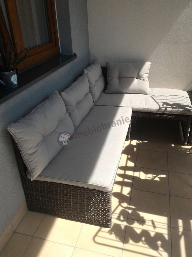 Malutki narożnik na balkon technorattan z rozłączanymi sofami i stolikiem kawowym