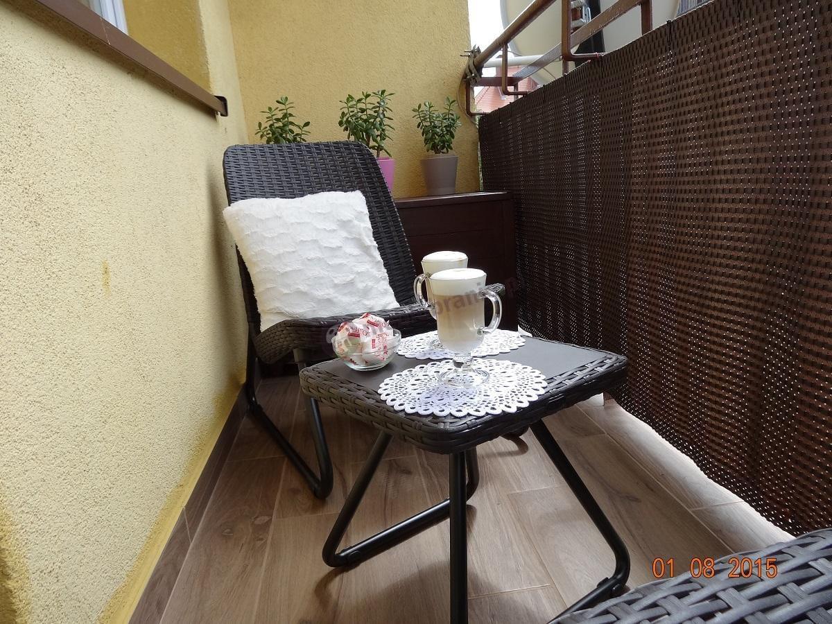 Mały elegancki balkon podczas poobiedniej sjesty