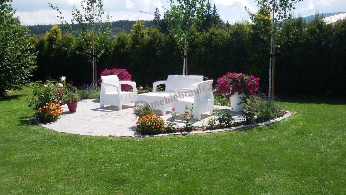 Meble Allibert Corfu pośród pięknej kwiatowej aranżacji